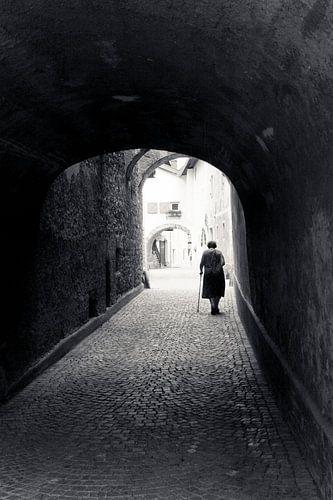 Vrouw in poort, Italië. Een beeld zoals je maar 1x maakt in je leven!