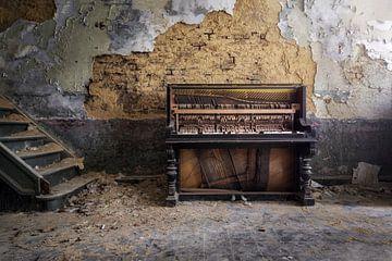 schönes Klavier im Verfall von Kristof Ven