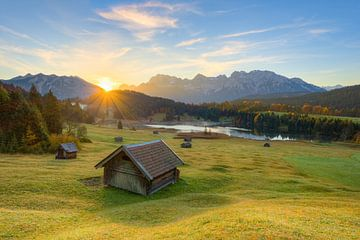 Lever du soleil sur le lac Geroldsee en Bavière sur Michael Valjak