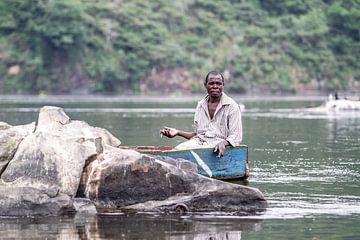 Un pêcheur fume une cigarette sur le Nil en Ouganda sur Eric van Nieuwland