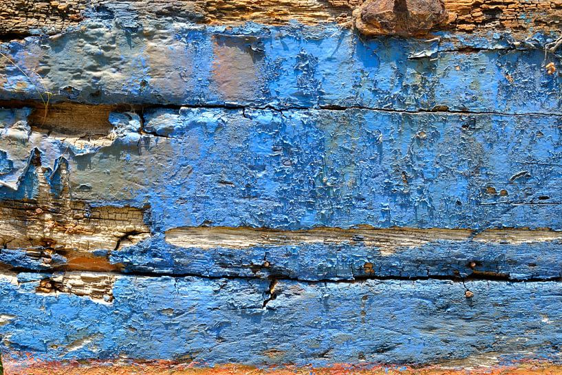 Oude beschadigde verf op een in de haven gestrande houten boot van Sjoerd van der Wal
