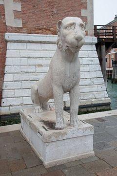 Antike römische Löwenstatue vor dem Arsenal in Venedig, Italien von Joost Adriaanse