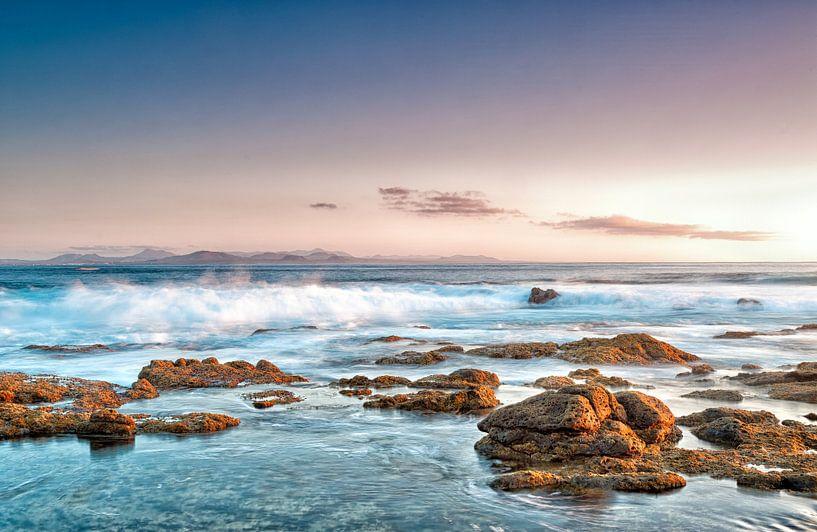Rocks on the coast of Punta Pechiguera, Lanzarote island, Spain. van Carlos Charlez