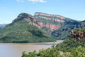 meer bij de swadini dam met op de achtergrond de drakensbergen