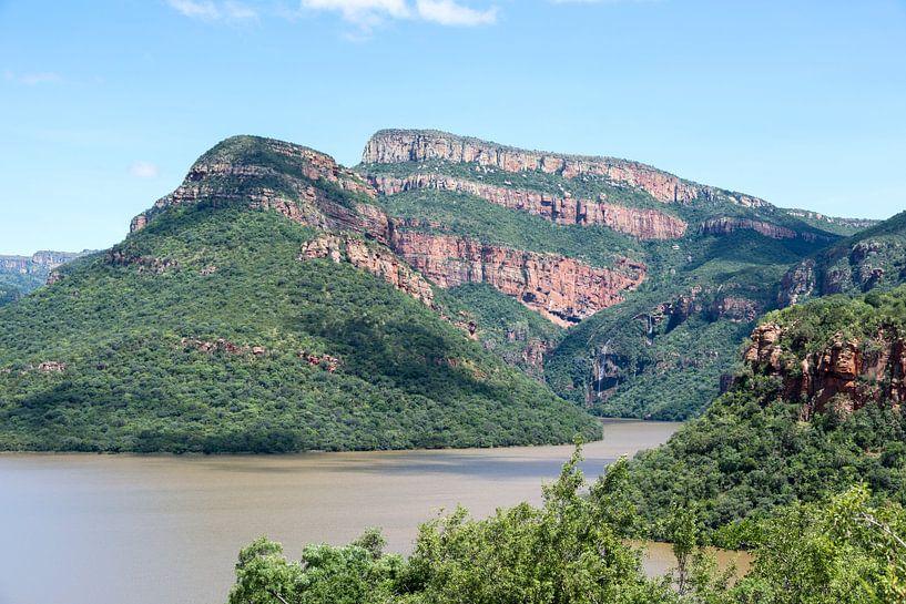 meer bij de swadini dam met op de achtergrond de drakensbergen van Compuinfoto .