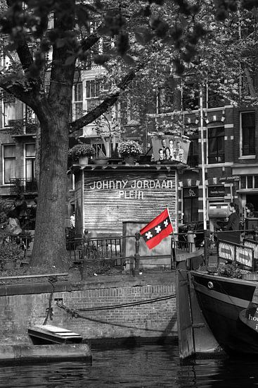 Vlag van Amsterdam op een woonboot bij het Johnny Jordaan plein in Amsterdam