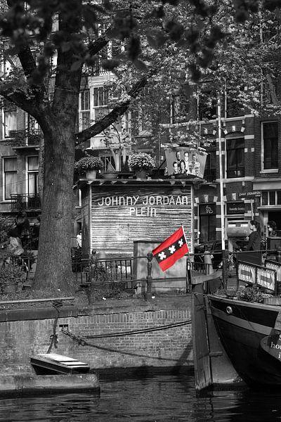 Vlag van Amsterdam op een woonboot bij het Johnny Jordaan plein in Amsterdam sur Pascal Lemlijn