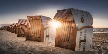 Strandstoelen in het zonlicht op het strand aan de Oostzee van Fine Art Fotografie