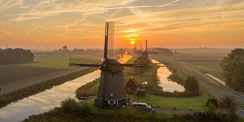Windmolen tijdens zonsopkomst van