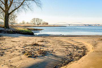Strand am niederländischen Fluss von Ruud Morijn