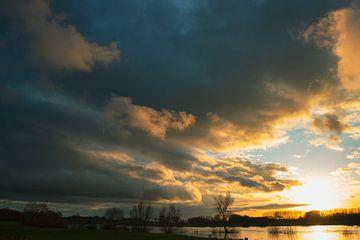 Wolkendek bij zonsondergang van Pim Meijerman