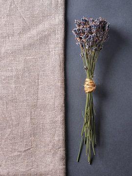 Lavendel op hessian en leisteen van Graham Forrester