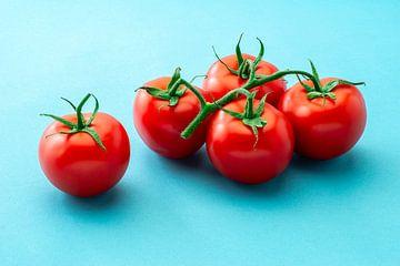 Gemüse: 5 Strauß Tomaten auf blauem Hintergrund von Ruurd Dankloff