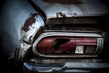 Ein verlassener verrosteter Oldtimer Datsun 120y
