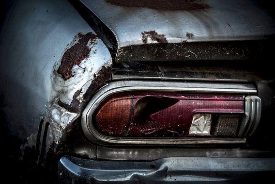 Een verlaten geroeste oldtimer Datsun 120y uit 1973