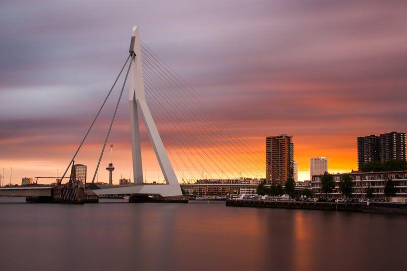 zonsondergang erasmusbrug van Ilya Korzelius