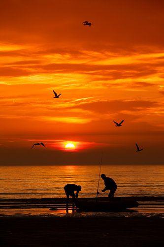 Kayak vissers tijdens zonsondergang