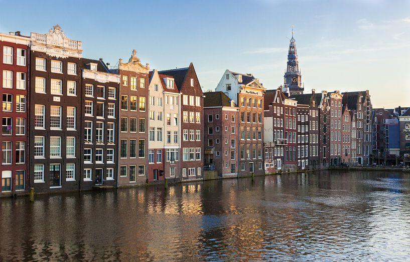 Huizen aan Damrak in Amsterdam van Wesley Flaman