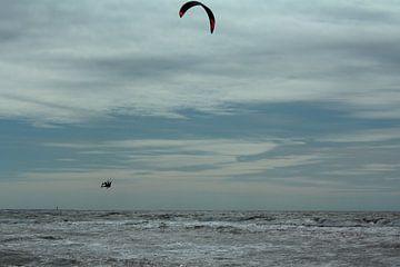 Springende kitesurfer op het Maasvlaktestrand van Capture the Moment 010