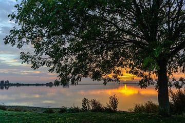 Sonnenuntergang mit Baum - Theo Hamoen von Peter Stam