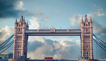 Dubbeldekker op de Tower Bridge in Londen van Rietje Bulthuis