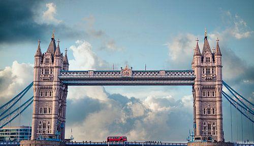 Dubbeldekker op de Tower Bridge in Londen