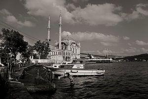 Scène d'été à Ortaköy, Istanbul, avec la mosquée et les enfants qui jouent.