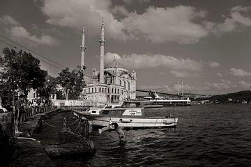 Sommerszene in Ortaköy, Istanbul mit Moschee und spielenden Kindern. von Eyesmile Photography