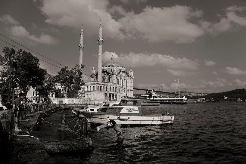 Scène d'été à Ortaköy, Istanbul, avec la mosquée et les enfants qui jouent. sur Eyesmile Photography