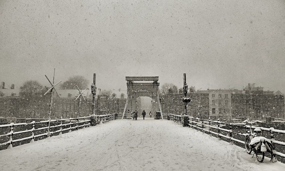 Magere Brug in de sneeuw II Amsterdam van Frank de Ridder