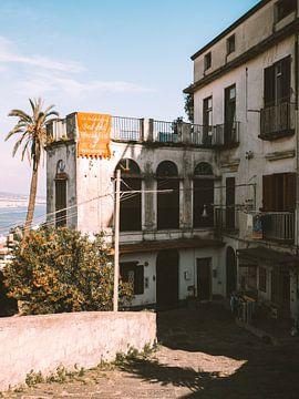 Oud traditioneel Italiaans gebouw tijdens een wandeling op de heuvel in Napels van Michiel Dros