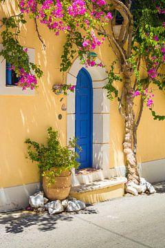 De ingang naar een typisch Grieks huisje in Assos op het eiland Kefalonia van Michel Geluk