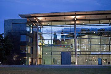 De Dom van Maagdenburg weerspiegeld in de gevel van het staatsomroepcentrum van t.ART