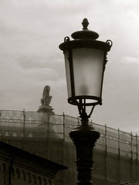 Lantaarn aan de Piazza dei Signori Padua - Italië van Isabelle Val
