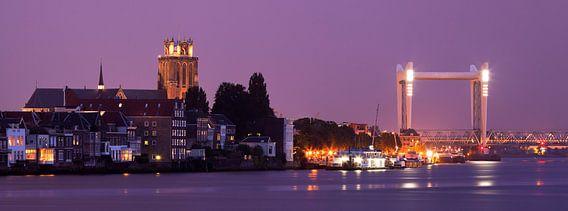 Skyline Dordrecht vanaf Papendrecht tijdens Schemering, Nederland