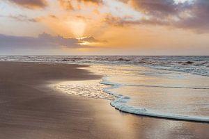 Gouden zonsondergang in de branding van Frank Mosch