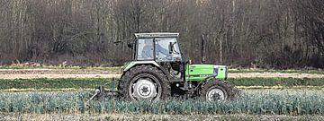 Panoramafoto van een tractor op een preiveld van Fotografie Jeronimo