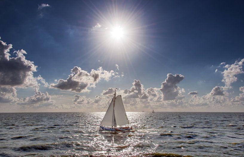 Zeilboot op het IJsselmeer van Harrie Muis