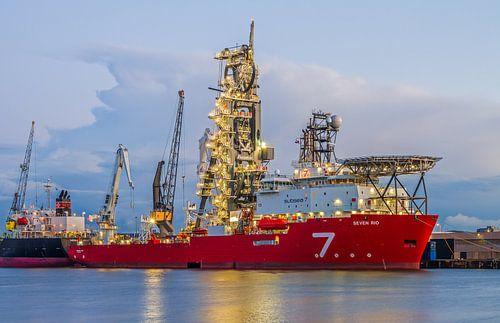 Het offshore schip Seven Rio van Subsea 7 in de Waalhaven in Rotterdam
