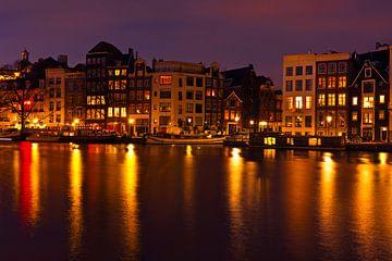 Stadsgezicht van Amsterdam Nederland bij nacht van