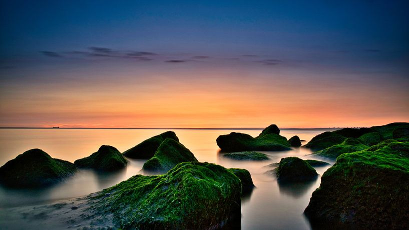 Die Felsen bei Sonnenuntergang am Auslauf des Katwijk aan Zee von Wim van Beelen
