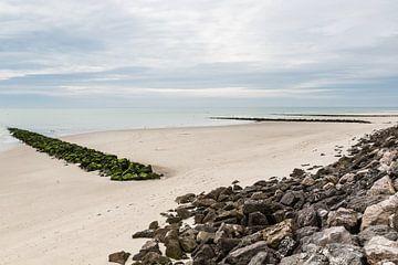 Frankrijk, Berk: Strandpanorama met golfbrekers van Steve Van Hoyweghen