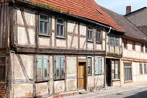 vervallen vakwerkhuizen in de oude binnenstad van Tangermünde van Heiko Kueverling