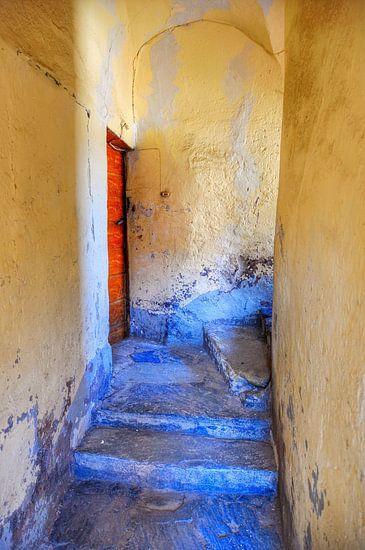 Blauwe trap met rode deur.