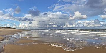 Strand met wolkenlucht van Ruth de Ruwe
