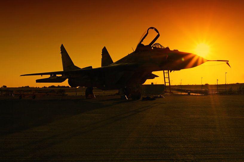 Un avion de chasse au coucher du soleil sur Frank Herrmann