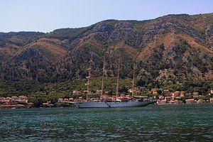 Schip in de Baai van Kotor, Montenegro van Sven van Rooijen