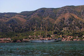 Schiff in der Bucht von Kotor, Montenegro von Sven van Rooijen
