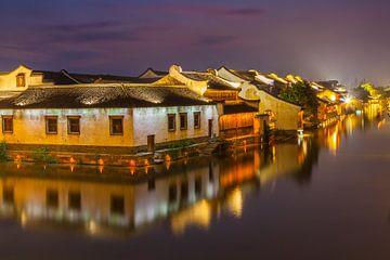 Historische Wasserstadt Wuzhen am Abend von Chris Stenger