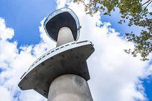 De Euromast in Rotterdam tegen een zomerse wolkenlucht van